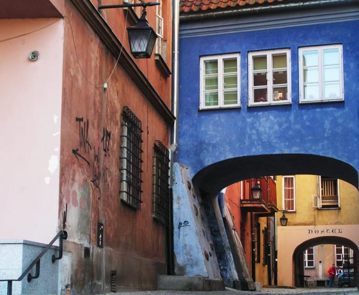 Graphisme dans la rue - tunnel coloré à Varsovie.