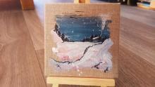 chalet enneigé peint sur une mini toile coton enduit - peinture de julie loomis